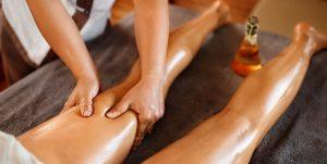 выполнение лимфодренажного массажа ног девушкам